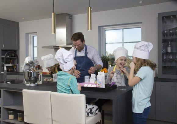 Pappa Per Morten og resten av familien Petersen er samlet på kjøkkenet
